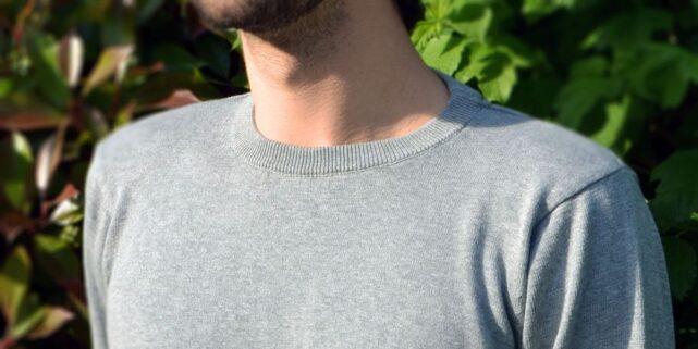 le-delicat-pull-homme-gris-coton-bio-col-plaque